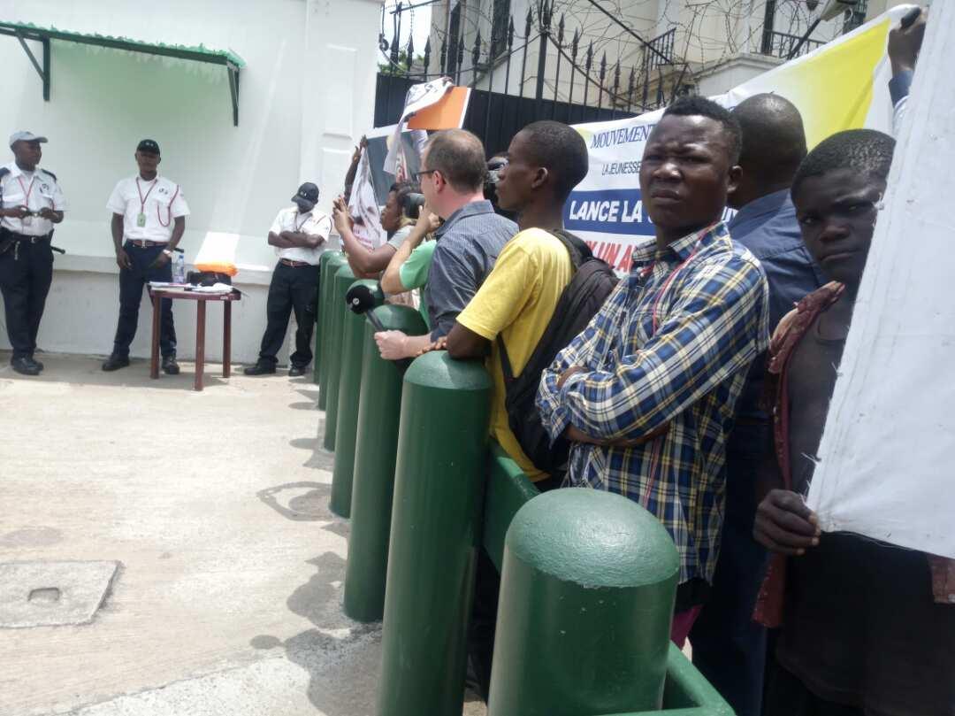 Kinshasa : des membres du mouvement Telema Ekoki arrêtés devant l'ambassade des États-Unis /LE COURRIER DEKINSHASA