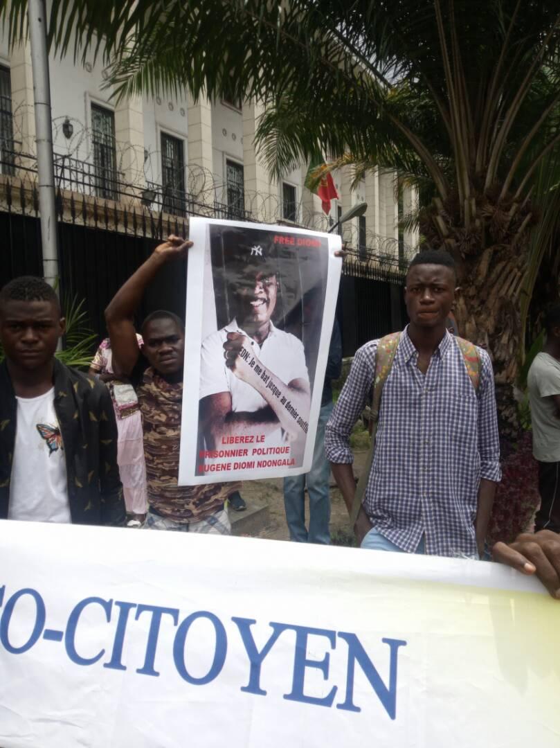 Des jeunes de Telema Ekoki dispersés et arrêtés devant l'ambassade des USA /TIMES.CD